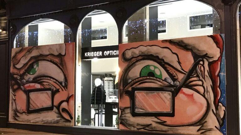 Saint Etienne Un Graffeur Decore Gratuitement Les Panneaux De Bois