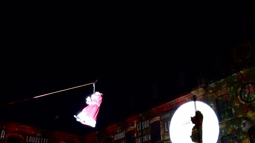 Le père noël en tyrolienne débarque à Dijon avant sa tournée mondiale de cadeaux ce 24 décembre