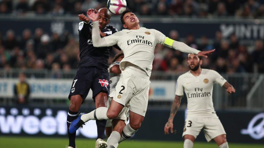 Jimmy Briand (Bordeaux) au duel avec Thiago Silva (PSG)