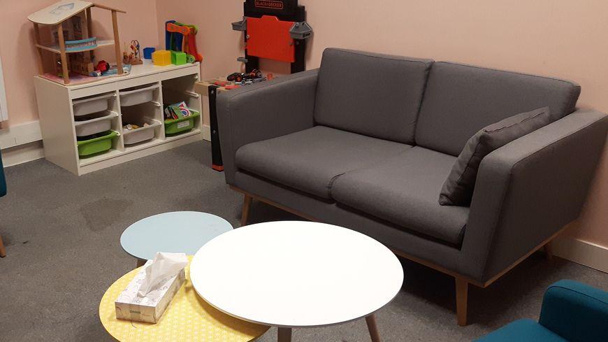 Une salle d'entretien dans les locaux de l'AVVEJ, à Aulnay-sous-Bois