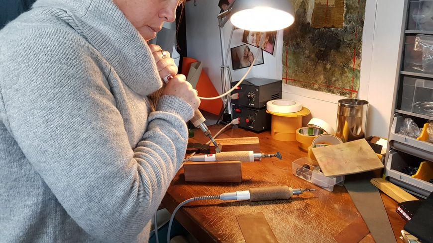 La skipper Emmanuelle Thomas en train de travailler dans son atelier LATITUDE 42 à Ajaccio
