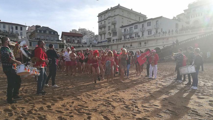 La Banda Ttipitto accompagne en rythme la centaine de baigneurs