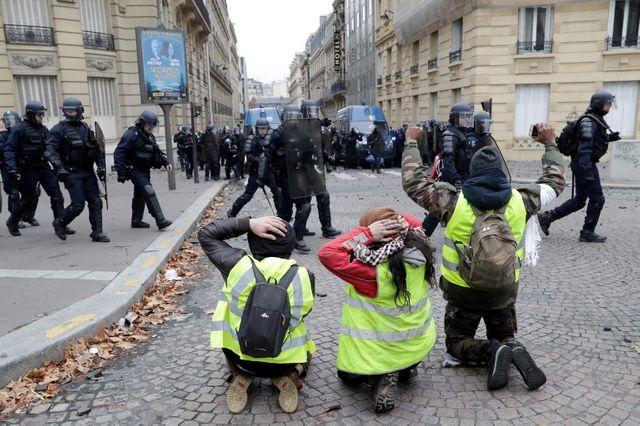 Face à face entre manifestants et forces de l'ordre près des Champs-Elysées le 8 édcembre 2018