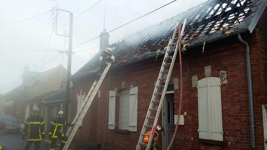 Une mère et ses sept enfants vivaient dans la maison incendiée.