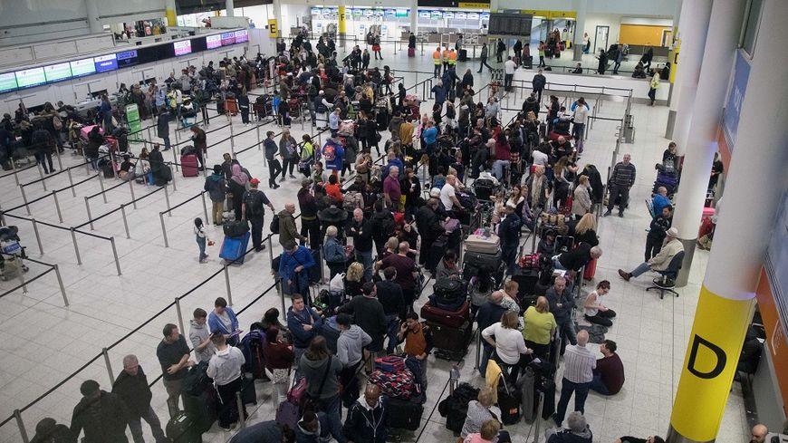 Des milliers de passagers sont à nouveau bloqués à l'aéroport de Gatwick, ce vendredi.