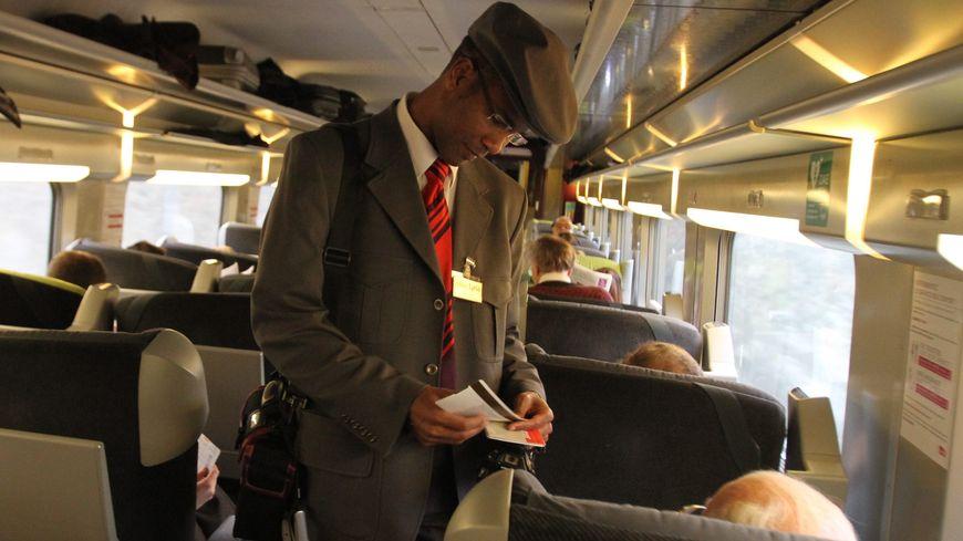 Un contrôleur de la SNCF à bord d'un train.