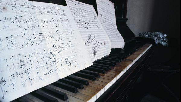 Piano et partitions exposés dans la maison natale de Puccini, à Lucques (Toscane, Italie).