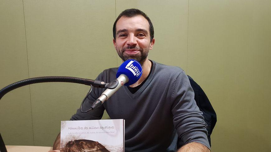 Thomas Ruys dans les studios de France Bleu Gironde