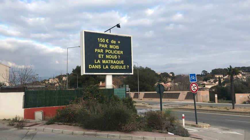 Le gérant de la sociéte d'affichage publicitaire MACI a utilisé l'un de ses panneaux pour diffuser ce message à la Seyne-sur-Mer