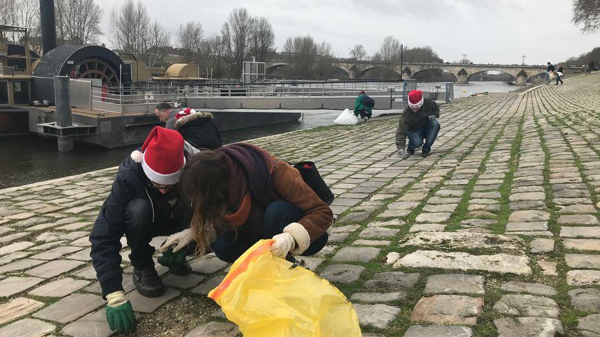"""Plus d'une vingtaine de bénévoles ont participé à une """"clean walk"""" ce samedi 22 décembre matin sur les bords de la Loire"""