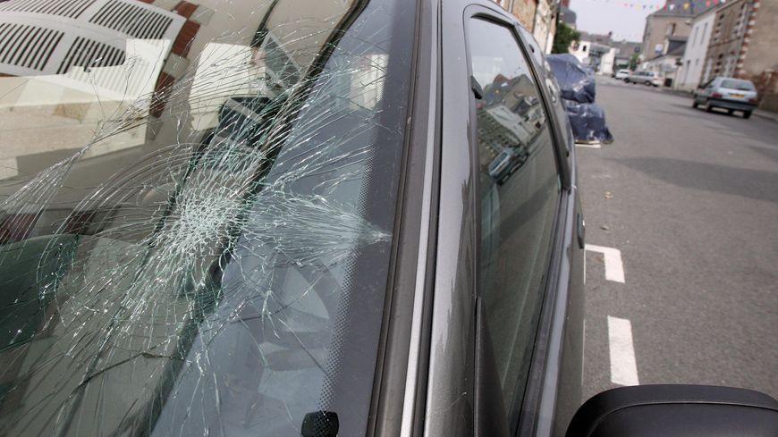 Illustration : des vitres de voitures brisées dans le quartier des Couronneries à Poitiers.