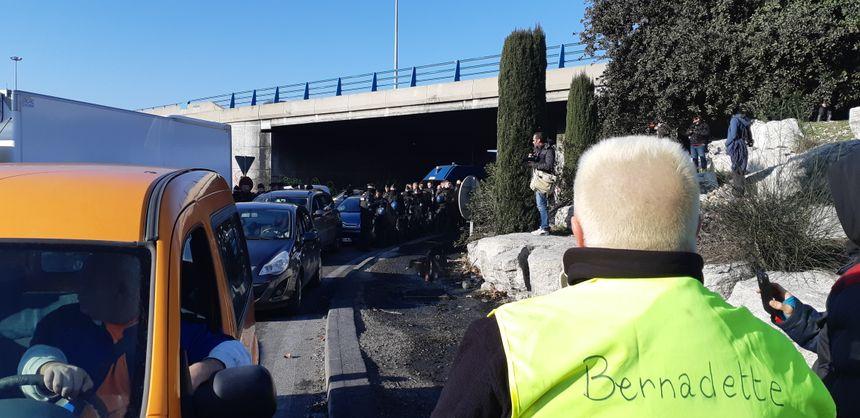 Gendarmes et gilets jaunes se sont fait face à plusieurs reprises au cours de la journée.