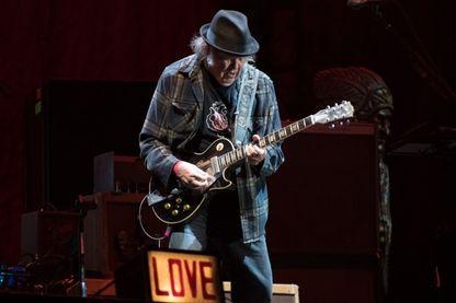 Le musicien Neil Young sur scène