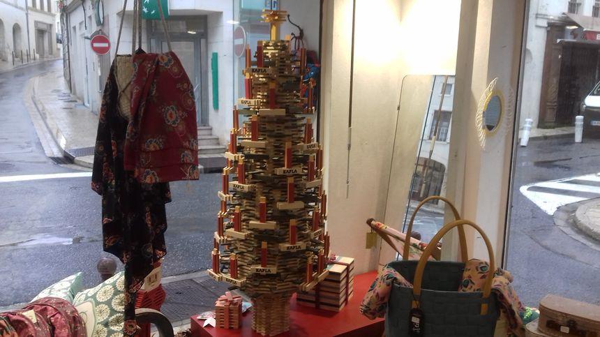 Le sapin de Noël Kapla dans la vitrine de la boutique de Barbezieux