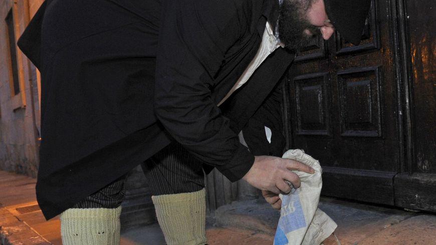 Olentzero distribue des cadeaux ou du charbon à ceux qui n'ont pas été sages