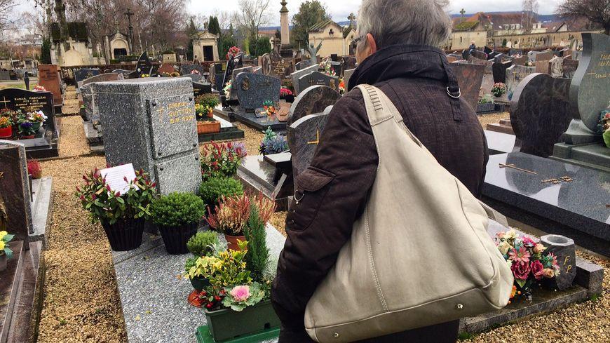 Georgette dépose des fleurs fraîches plusieurs fois par semaine sur la tombe de son mari