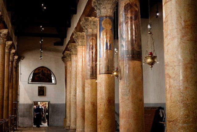 Colonnes peintes rénovées dans la basilique de la Nativité