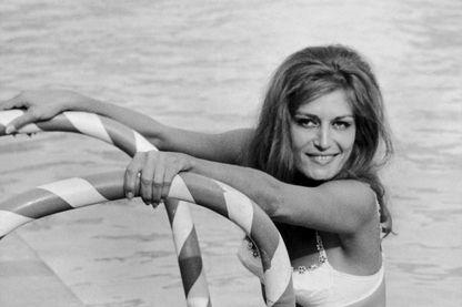 Dalida à la piscine de l'hôtel Hilton de Rome, en 1965