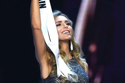 Angela Ponce, Miss Univers Espagne, brandit fièrement l'écharpe de son pays lors du concours Miss Univers à Bangkok, le 17 décembre 2018. Elle est la première miss trans-genre à participer.
