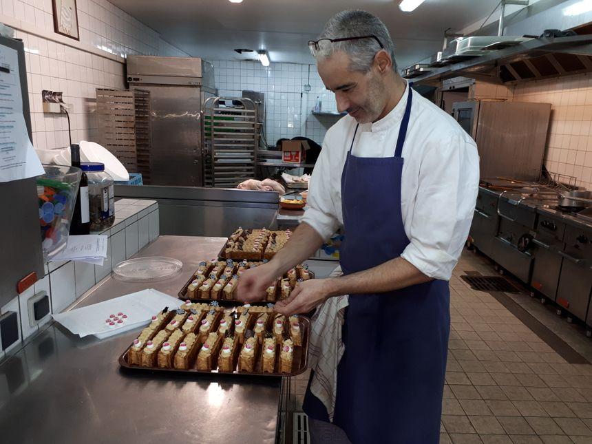 Fabrice, le chef, met la dernière main aux bûches de Noël
