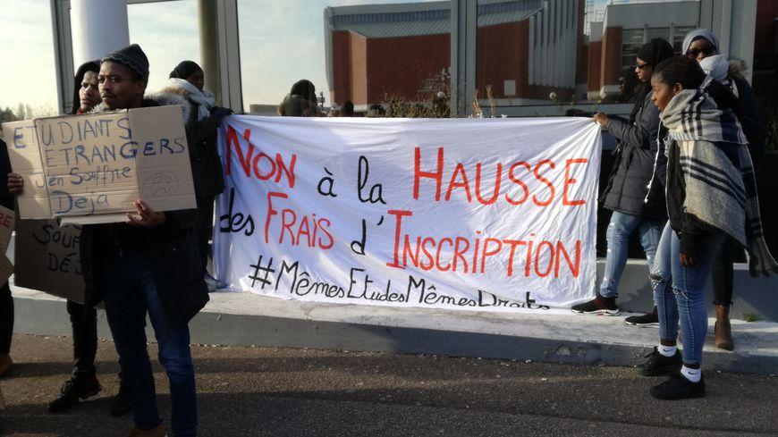 Plusieurs dizaines d'étudiants français et étrangers et de professeurs se sont rassemblés devant l'université du Havre.