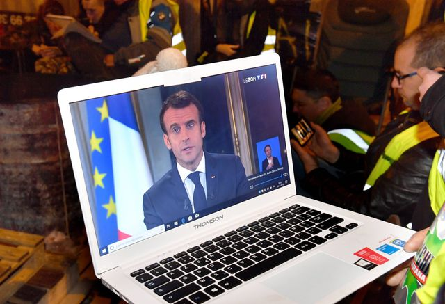Des gilets jaunes regardent l'allocution d'Emmanuel Macron le 10 décembre
