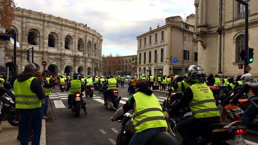 Les motards gilets jaunes au rendez-vous et surtout au klaxon autours des arènes