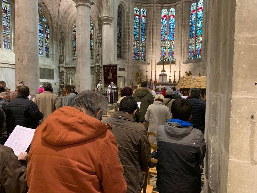 Le père Roure en pleine célébration de messe.