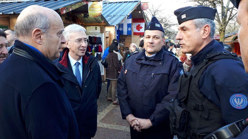 Le préfet de la Gironde Didier Lallement et le maire de Bordeaux Alain Juppé avec les policiers sur le marché de Noël de Bordeaux