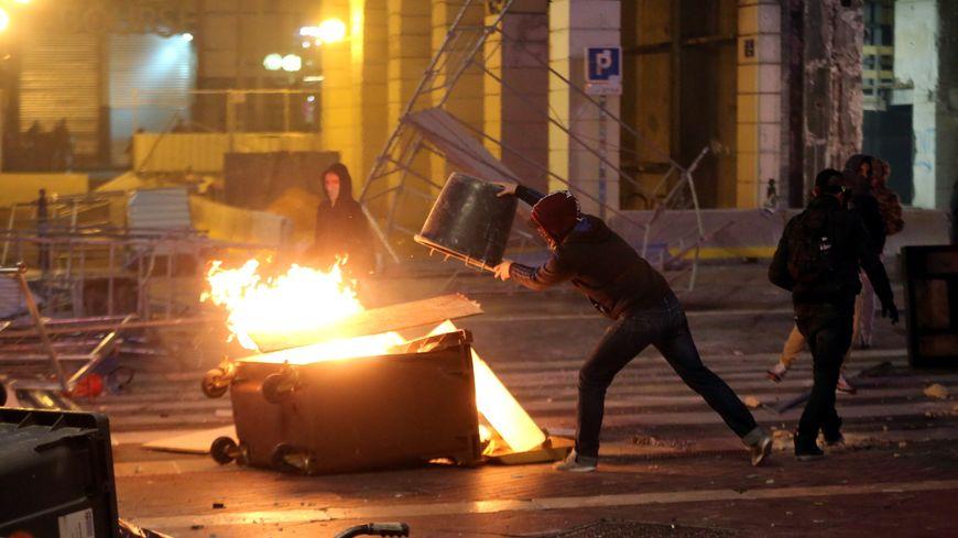 Des scènes de guérilla urbaine dans les rues de Marseille samedi 1er décembre.