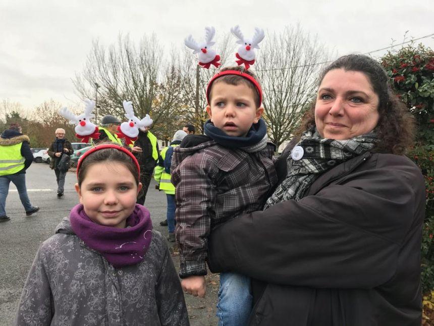 Aline participent à la marche avec ses enfants, Noémie et Arthur, nés à la maternité du Blanc.