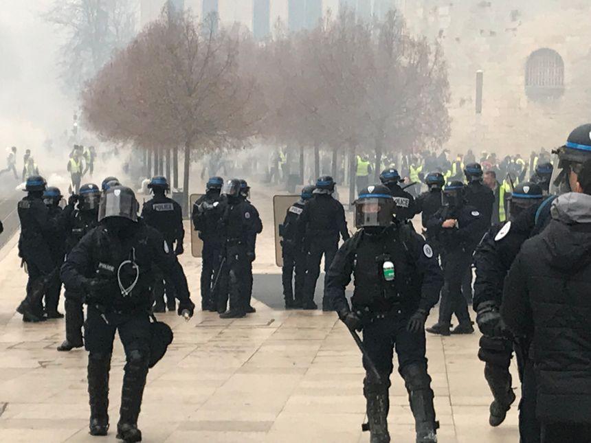 La tension est montée place Pey-Berland entre manifestants et forces de l'ordre.