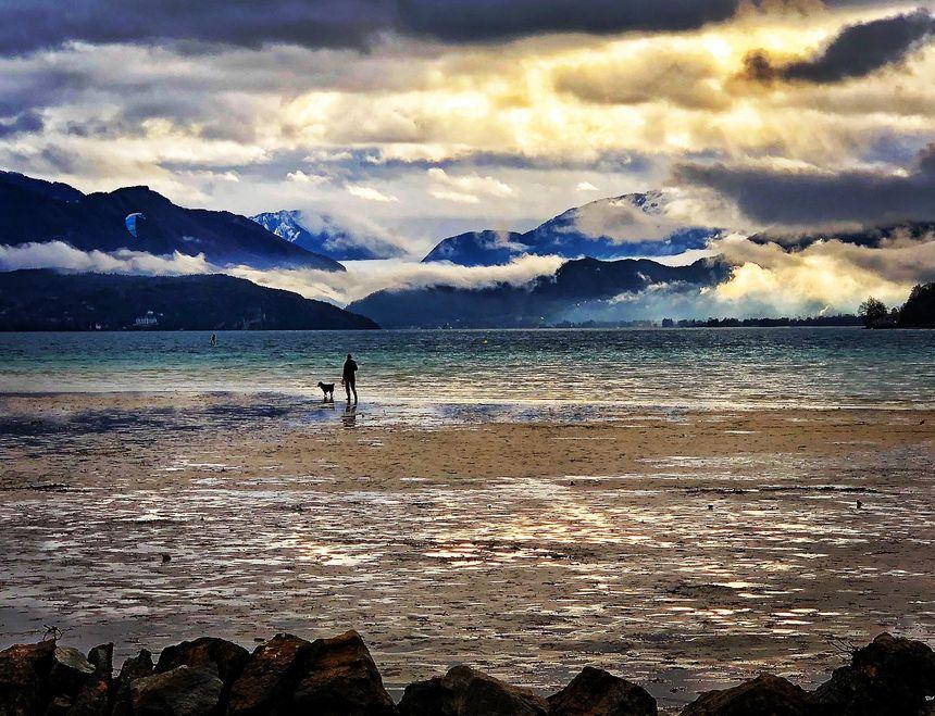 Marcher sur l'eau ! L'une des grandes attractions de l'été au lac d'Annecy.