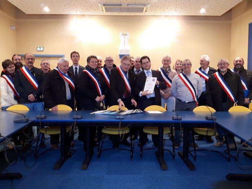 Une quinzaine de maires a remis ces cahiers de doléances au préfet de Haute-Saône jeudi soir.