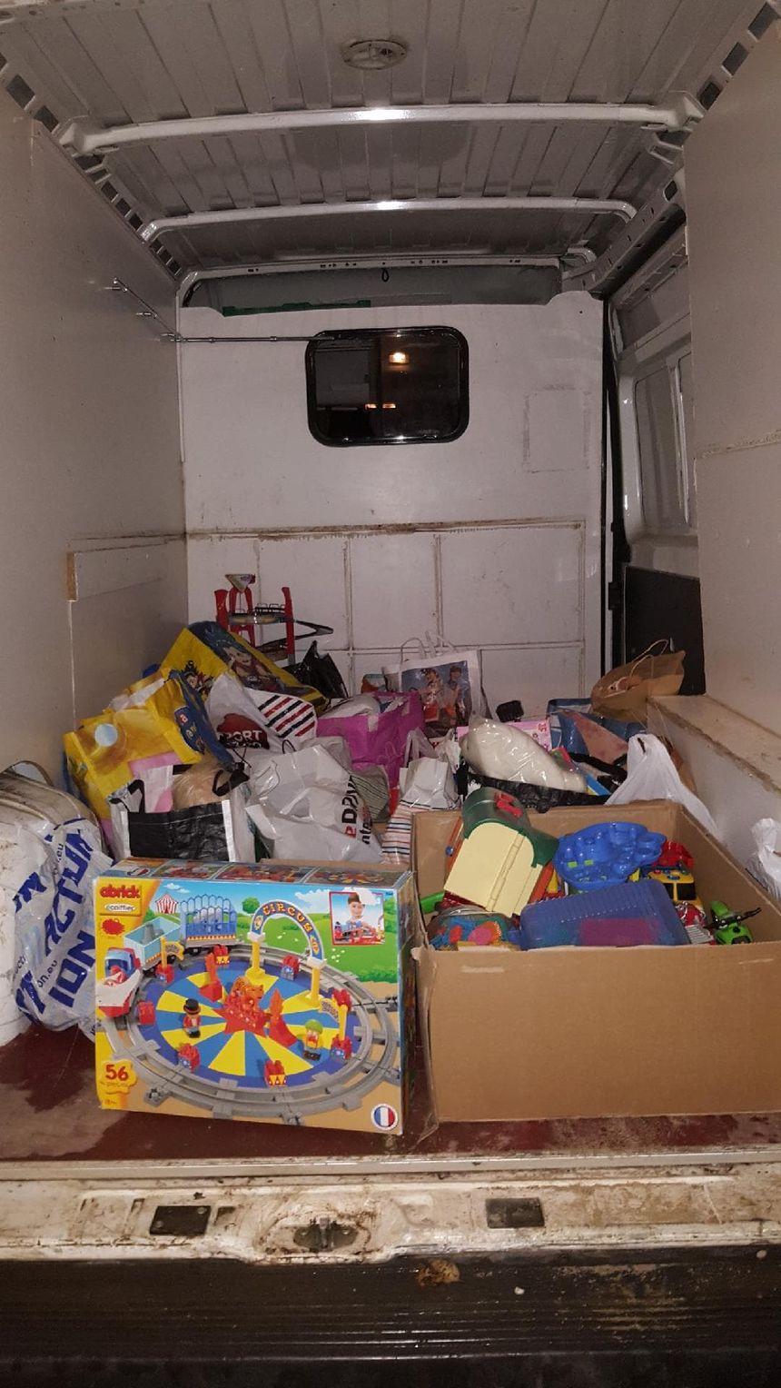 Les supporters du Nîmes Olympique ont ramené des jouets d'occasion mais aussi des objets neufs achetés exprès pour aider les enfants pauvres.