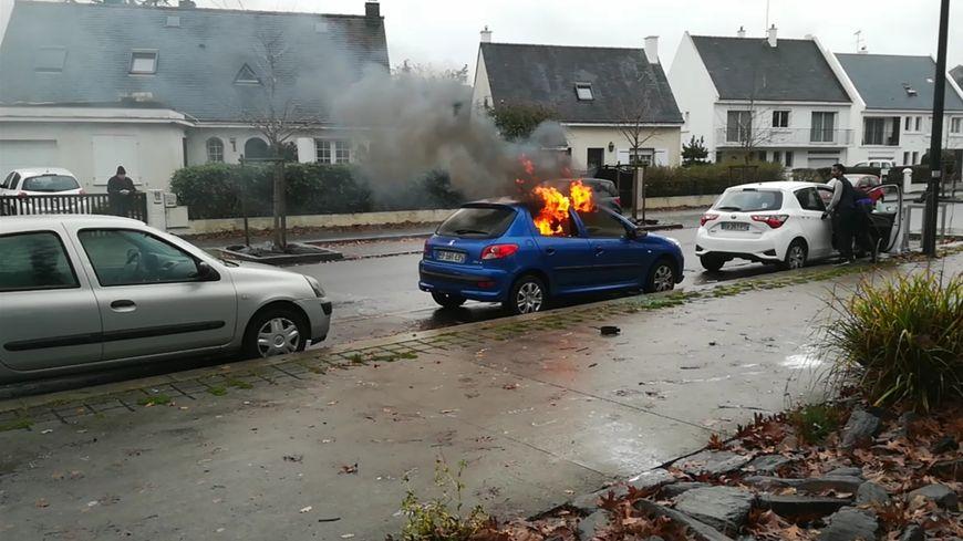 Les trois voitures, garées devant les grilles du lycée, ont été pillées puis incendiées.