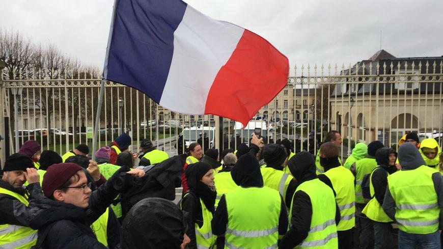 """Les gilets jaunes ont chanté """"CRS avec nous"""" (mais c'était des policiers) devant le Conseil départemental."""