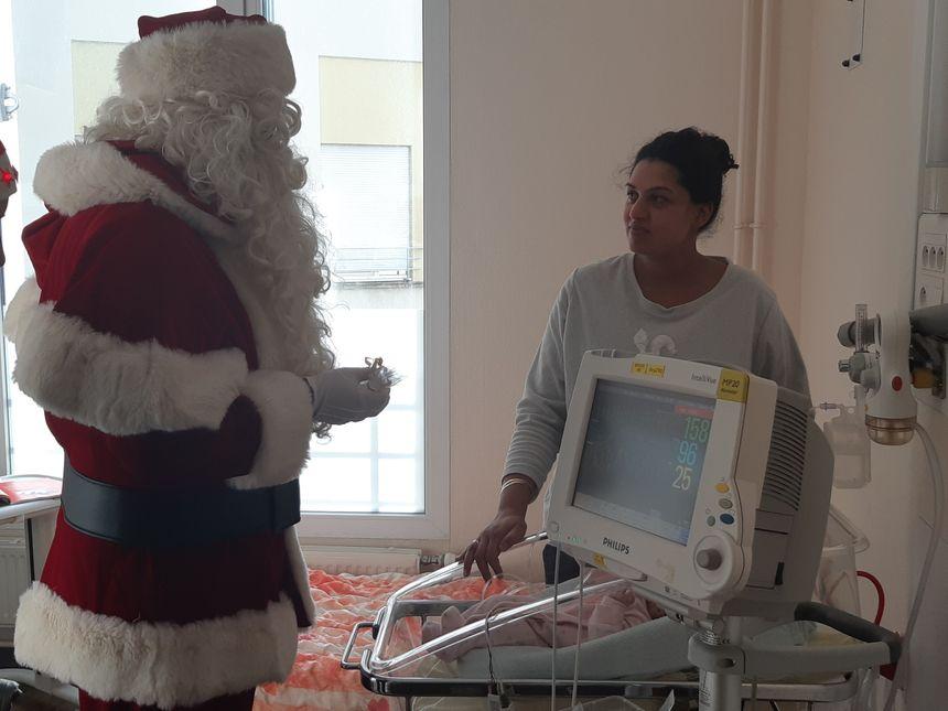 Les parents aussi sont heureux de recevoir le Père Noël dans la chambre de leurs enfants.
