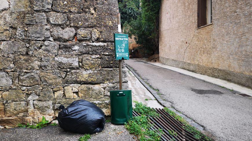 Un sac-poubelle abandonné à l'angle d'une rue proche de la mairie de Castelnau-de-Guers