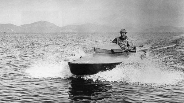 Puccini sur son bateau à moteur.