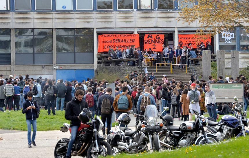 Assemblée générale devant l'université Rennes 2.