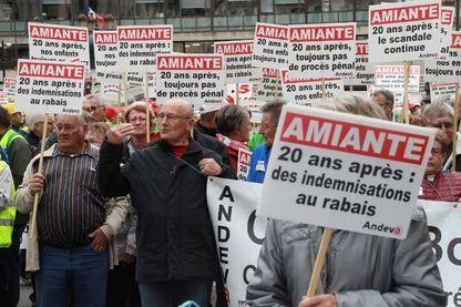 Manifestation de l'association nationale de défense des victimes de l'amiante, à Paris le 7 octobre 2016