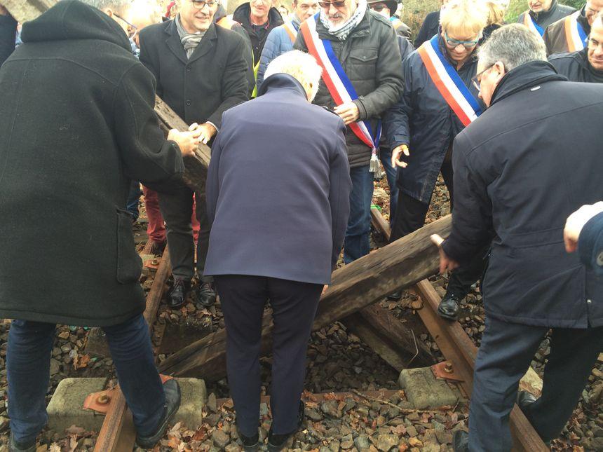 Des élus ont retiré les traverses posées sur les rails