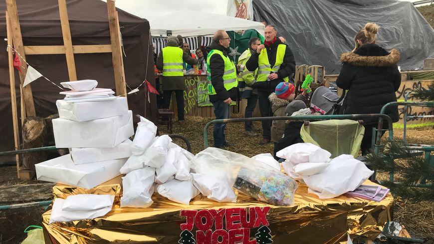 """Plusieurs gilets jaunes ont prévu de fêter Noël sur le rond-point """"cacahuète"""" près de Montargis"""
