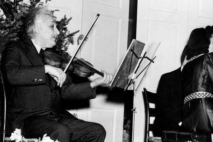 Einstein jouant de son violon