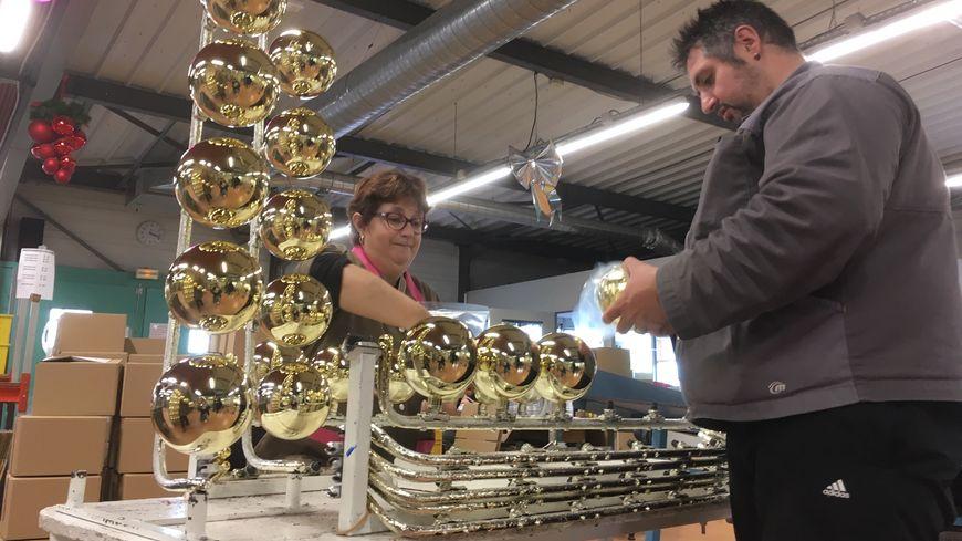 300 000 boules de Noël sont fabriquées chaque année par l'association.