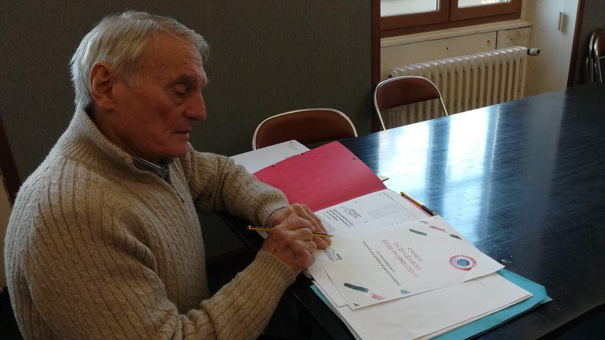 Le maire, Alain Fried, consulte les doléances laissées par ses administrés