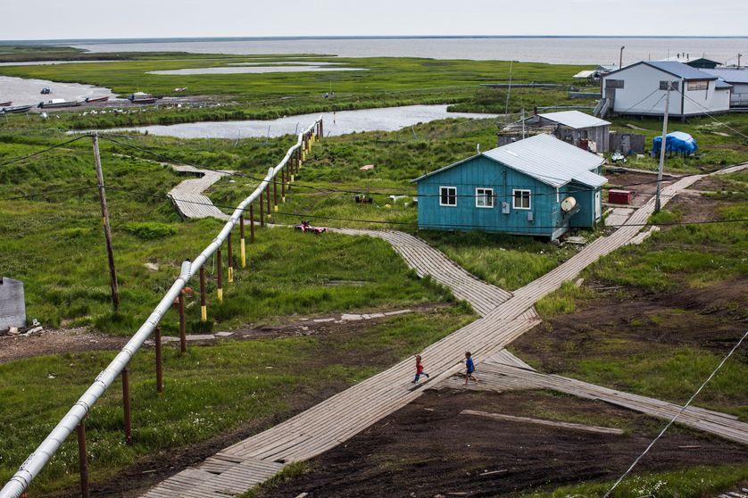 A Newtok, en Alaska, des planches de bois ont été installées pour se déplacer sans s'enfoncer dans le permafrost dégelé