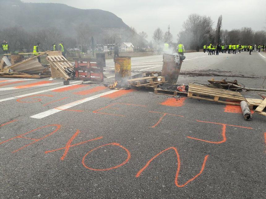 Des barricades placées sur la route