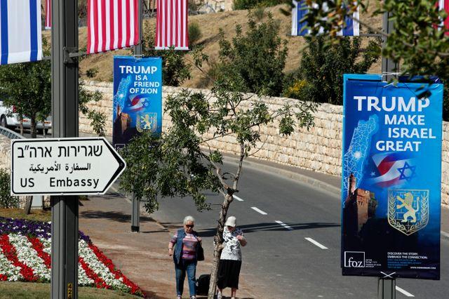En mai, des affiches remercient Donald Trump de placer l'ambassade des États-Unis à Jérusalem